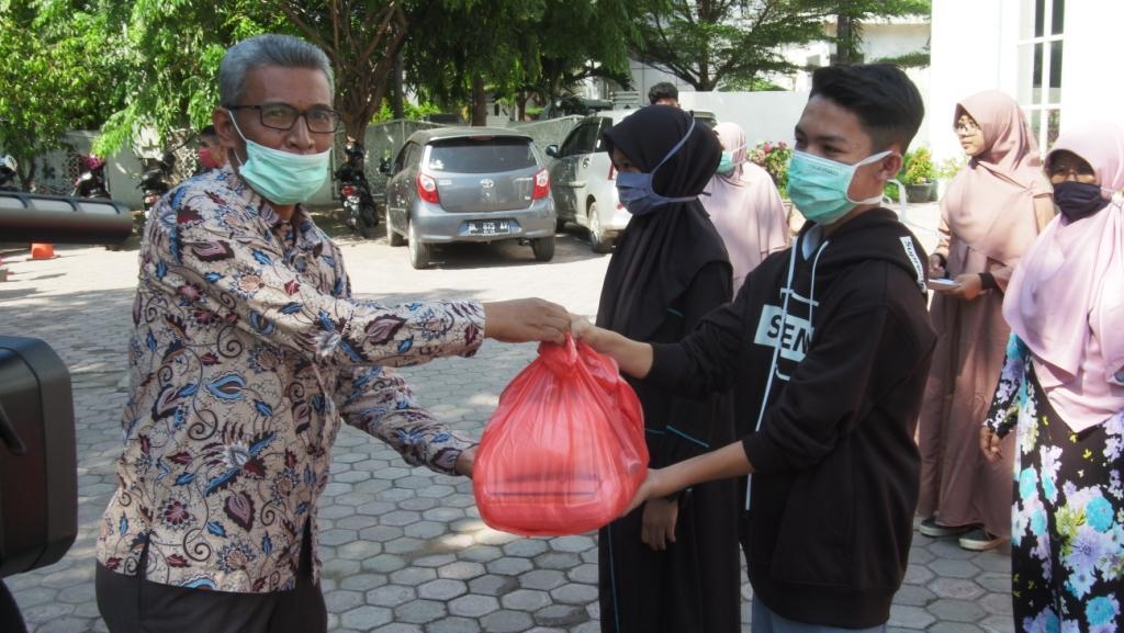 Menjelang Ramadhan, SMAN 1 Banda Aceh Serahkan Paket Sembako
